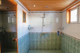 kylpyhuone on uudistettu 2000-luvulla