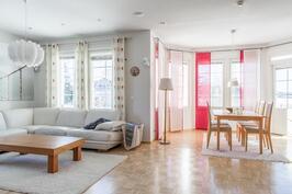 Avara olohuone, ruokailutila ja keittiö muodostavat kodin sydämen