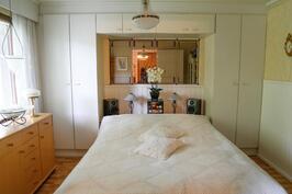 kolmas makuuhuone olohuoneen päässä