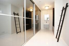 Yläkerran yhdistetty vaate- ja kylpyhuone