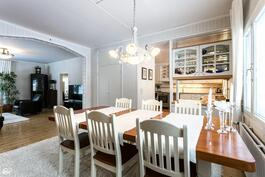 Ruokailuhuoneesta olohuoneeseen ja keittiöön