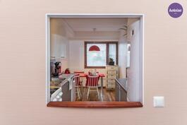 Ikkunaruutu olohuoneen ja keittiön välissä