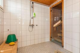 Rantasaunan kylpyhuone.