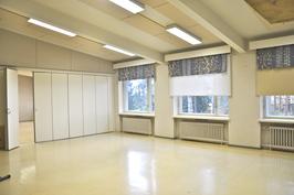 Luokkahuone, jossa eristeseinällä voidaan jakaa kahteen erilliseen tilaan.