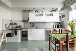 keittiössä myös puuhella