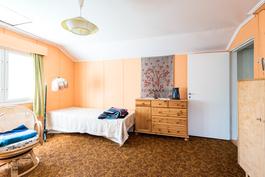 Makuuhuone 2 yläkerta