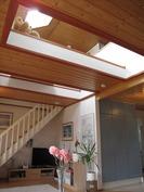 Valoisa kattoikkunoiden ja osin avoimen välipohjan