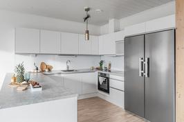 Osassa huoneistoista keittiö tammi/valkoinen