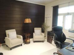 Alakerran huone joka soveltuu makuuhuoneeksi ja työhuoneeksi