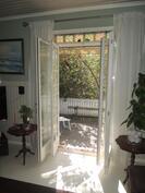 Olohuoneesta kauniit lasiovet josta käynti terassille