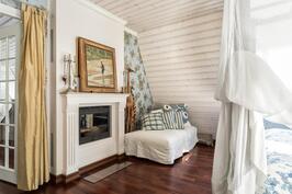 Kaksipuoleisesta kiertoilmatakasta voi nauttia master bedroomin ja aulan puolella.