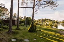 Kauniilla saaristomaisella puutarha- ja nurmipihalla viihtyy koko perhe.