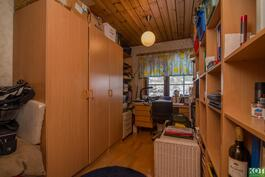 Yläkerran toinen makuuhuone on muutettu työtilaksi