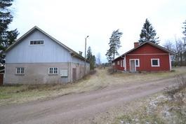 Vanha tuotantorakennus ja tallirakennus v.1998