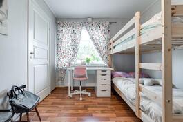 Makuuhuone 2, kulku vaatehuoneeseen