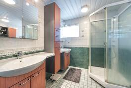 Yläkerran suurimman kylpyhuonen yhteydessä oleva kylpyhuone.