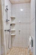 Alakerran suihkuhuone