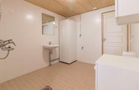 Remontoidussa kylpyhuoneessa myös pesukoneliitäntä.