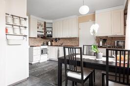 Ruokailutila yhdistää olohuoneen ja keittiön