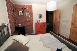Makuuhuone 1:stä eteiseen, huoneessa kamina