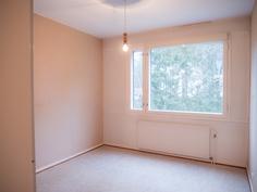 Makuuhuone 2 ikkunan suuntaan