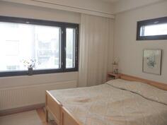 makuuhuoneessa ikkunat 2 suuntaan