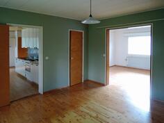 Makuuhuone olohuoneen ja keittiön välissä