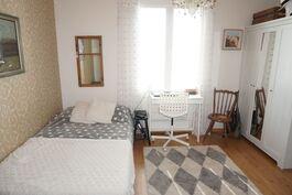 Alakerran makuuhuone on keittiön ja olohuoneen välissä