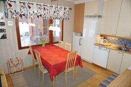 Kaunis keittiö kodin sydämenä