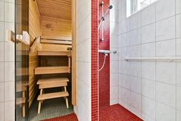 Yläkerran kylpyhuone / sauna