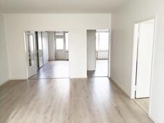 Näkymä olohuoneesta makuuhuoneen ja keittiön suuntaan