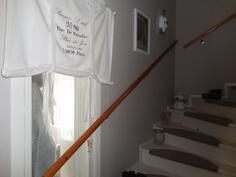 Yläkerran portaikkokin on valoisa