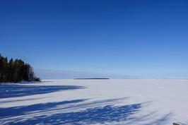 Kaukana näkyy upea Ärjänsaari