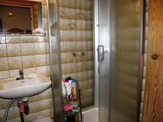 pesuhuoneessa on suihkukaappi