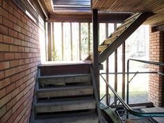 Väliköstä portaat saunaosaston katolle ja yläkertaan
