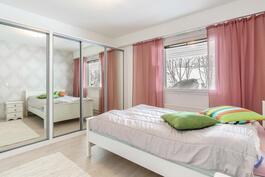 Makuuhuone 2, jossa runsaasti säilytystilaa komeroissa ja vaatehuoneessa