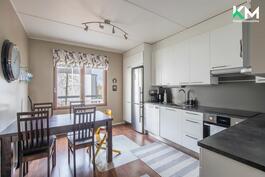 Kaunista, vaaleaa keittiötä on remontoitu kodinkoneineen vuonna 2015. Keittiössä on hyvin sekä tasoja että säilytystilaa.