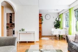 Keittiö ja olohuone luovat yhtenäisen tilan