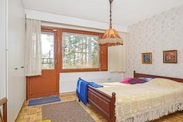 Alakerran isompi makuuhuone, tässä myös vaatehuone