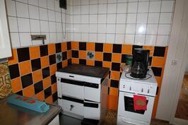 Keittiössä puuhella ja valovirtaliesi
