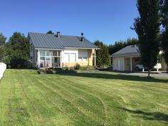 Talo etupihalta kuvattuna kesä