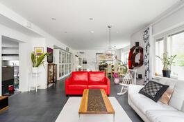 Suuri olohuone on mahdollista jakaa kahdeksi huoneeksi.