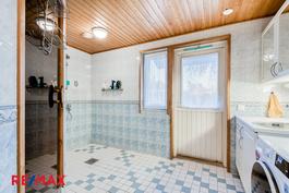 Kylpyhuone, josta kulku takapihalle