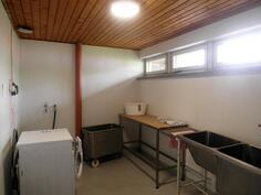 Erillisessä rakennuksessa pesutupa