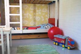 Tämä lastenhuone on olohuoneen vieressä