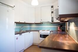 Tummanruskeat tasot sopii hyvin keittiön värimaailmaan