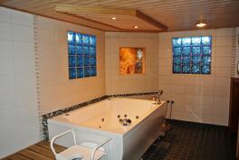 Laadukkaassa poreammeessa kylpiessä rentoudut kiireisen työviikon jälkeen.