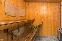 Sauna jossa puulämmiteinen kiuas