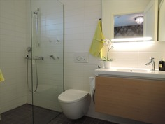 kylpyhuone/wc päämakuuhuoneen yhteydessä
