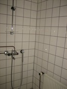 Kylpyhuone ja sauna kellarikerroksessa.
